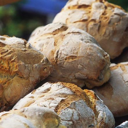 Desciende el gasto en pan, bollería y leche en España. Sube el de frutas y verduras.