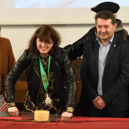 Aizpea Oihaneder corta el nuevo queso Idiazabal